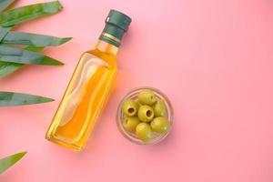 flache Lage von Oliven und Olivenöl foto
