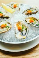 rohe und frische Austernschale mit Zitrone foto