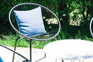 Terrasse mit Kissen auf Stuhl foto