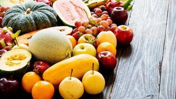 verschiedene und gemischte Früchte foto