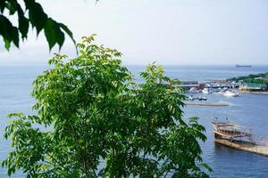 Seelandschaft von Schiffen an einem Yachthafen in Wladiwostok, Russland foto
