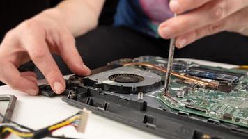 Nahaufnahme einer Laptop-Reparatur foto