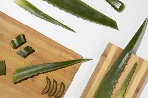 Aloe Vera auf Holz Schneidebrett foto