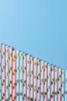 blaue und rosa Papierstrohhalme foto