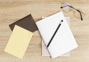 Umschläge und Bleistift auf Notizbuch foto