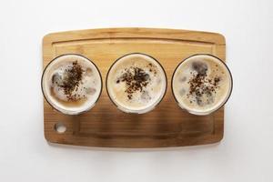 Tassen Kaffee auf dem Tisch foto
