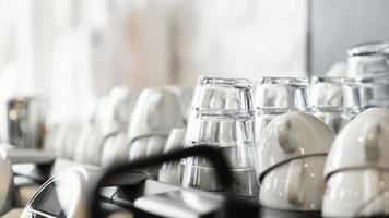 Anordnung mit Kaffeetassen und Gläsern foto