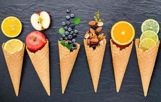 verschiedene Zutaten für Eisgeschmack auf dunklem Steinhintergrund foto