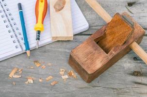 das Zimmermannsflugzeug und Holzspäne für Holzarbeiten foto