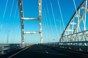 Ansicht der Krimbrücke mit einem klaren blauen Himmel in Taman, Russland foto