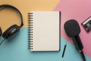 Kopieren Sie den Notizblock mit Mikrofonkopfhörern foto