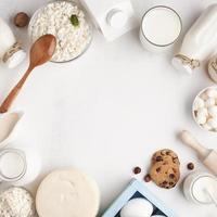 Milchprodukte gerahmt weißen Hintergrund foto