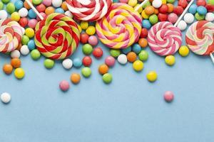 köstliches Süßigkeitskonzept mit Kopienraum auf hellblauem Hintergrund foto