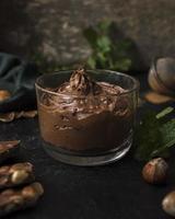 leckere Schokoladenmousse mit Nahaufnahme foto