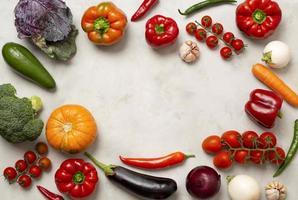 verschiedene Gemüse kreisförmigen Rahmen foto