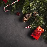 Tannenzweige in der Nähe von Weihnachtsschmuck foto