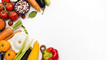 flaches Sortiment verschiedener Gemüsesorten mit Kopierraum foto
