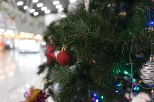 Nahaufnahme eines Weihnachtsbaumes und der Verzierungen in einem Bahnhof in Adler, Russland foto