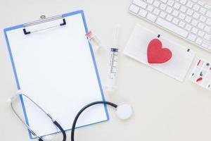 flache medizinische Zusammensetzung mit Zwischenablage Vorlage foto