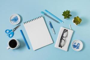 flache Arbeitsbereichanordnung auf hellblauem Hintergrund foto