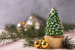 Vorderansicht des Cupcakes mit Weihnachtsbaum-Zuckerguss foto