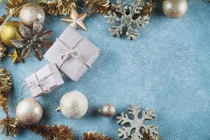 Geschenkboxen mit glänzenden Kugeln foto