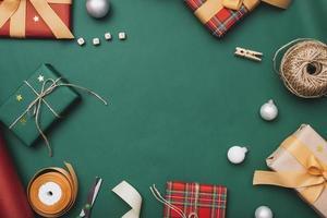 Geschenkboxen mit Schnurbändern für Weihnachten auf grünem Geschenkpapierhintergrund foto