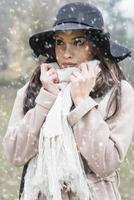 hübsche junge Frau mit Hut foto