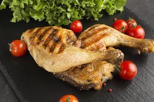 High Angle gebackenes Huhn und Tomaten foto