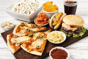 High Angle Fast Food auf weißem Tisch foto