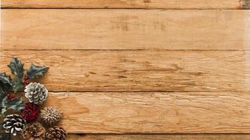 Zapfen mit Stechpalmenzweigtisch foto
