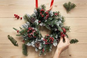 dekorative Weihnachtskranzkomposition foto