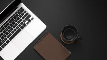 flach liegender Desktop mit Laptop und Tasse Kaffee foto