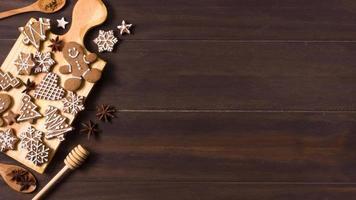 flache Lebkuchenplätzchenauswahl für Weihnachten mit Kopierraum foto