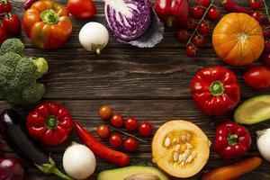 flach legen Gemüse in kreisförmigen Rahmen foto