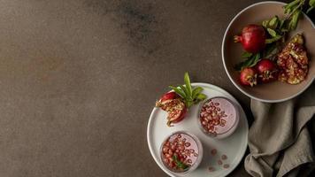 flach liegender Joghurt mit Granatapfel und Kopierraum foto