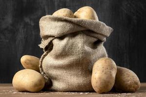 Vorderansicht des Leinensacks mit Kartoffeln foto