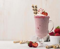 Vorderansicht Erdbeermilchshake mit Kopierraum foto