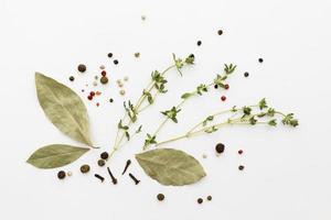 grüne Gewürze oder Zutaten auf weißem Hintergrund foto
