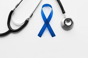 blaues Band und Stethoskop auf weißem Hintergrund foto