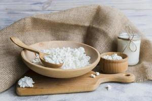 Käse Vorspeise und rustikales Tuch auf grauem Hintergrund foto