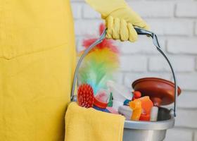 Nahaufnahmeeimer mit Reinigungsmitteln foto