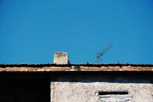 Fernsehantenne auf dem Dach des Hauses foto