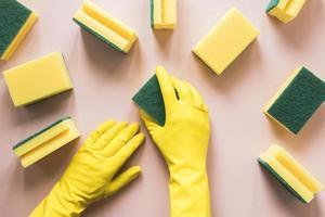 Nahaufnahme Person mit gelben Handschuhen Schwämme foto