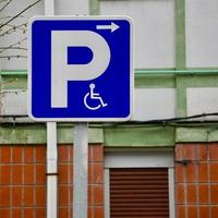 Rollstuhlverkehrssignal auf der Straße foto