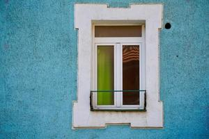 Fenster an der blauen Fassade des Hauses, Architektur in Bilbao City, Spanien foto