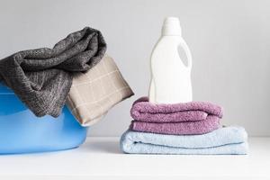 Vorderansicht eines Handtuchhaufens mit Weichspüler foto