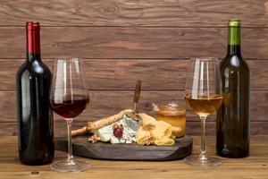 Gläser Wein mit Tapas foto