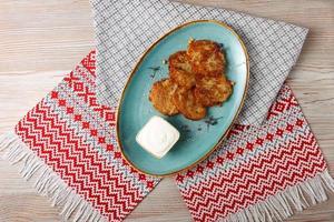 Kartoffelpuffer mit saurer Sahne foto