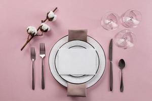 Tabelleneinstellung mit rosa Hintergrund foto